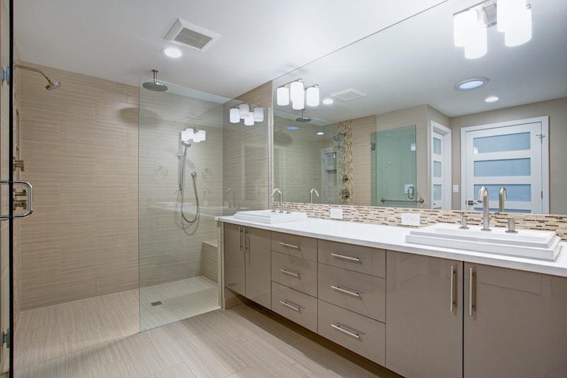 Miroir sur-mesure dans une salle de bain