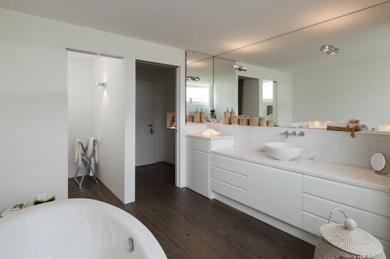 Grands miroirs sur-mesure dans une salle de bain